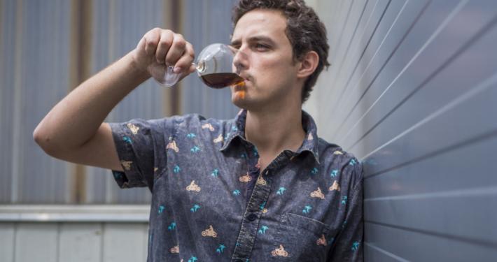 """Lukas Leitsberger stellt in seiner Manufaktur monatlich ca. 5.000 Liter """"cold brew coffee"""" her"""