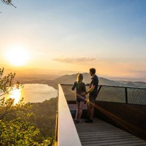Wer den Kitzelberg erklimmt, wird mit einem der schönsten Ausblicke über das Jauntal mit dem tiefblauen Klopeiner See und dem etwas kleineren Turnersee, die zu den beliebtesten und wärmsten Badeseen Österreichs gehören belohnt