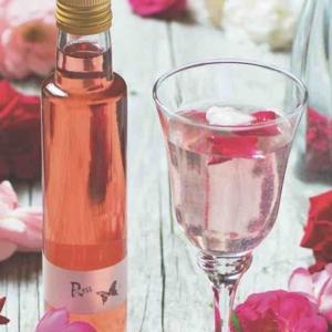 Aus einem Blütensirup kann man wunderbar erfrischende Getränke mixen