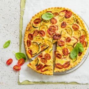 Eine Quiche lässt sich jedoch auch ganz einfach vegetarisch und mit vielen pflanzlichen Zutaten wie einer Soja-Joghurtalternative und Margarine zubereiten