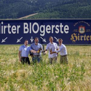 Der zweite Braumeister Roland Winter mit den Eigentümern und Geschäftsführern Niki Riegler und Klaus Möller und Landwirt Wilhelm Eisner (v.l.n.r.)