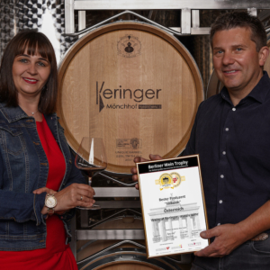 Robert und Marietta Keringer mit der Urkunde der Auszeichnung.