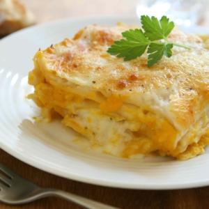 Unsere Kürbis-Lasagne ist wunderbar cremig-mild, schnell und einfach in der Zubereitung.